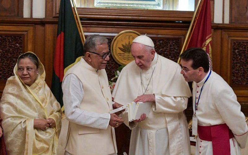 Папата го пофали Бангладеш заради прифаќањето на бегалците