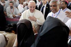 Папата во Бангладеш се сретна со свештениците и монашките заедници