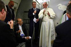 На враќање од Бангладеш Папата одржа прес конференција во авионот