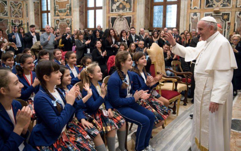 Папата до малите хористи: Со пеењето пренесувате смиреност