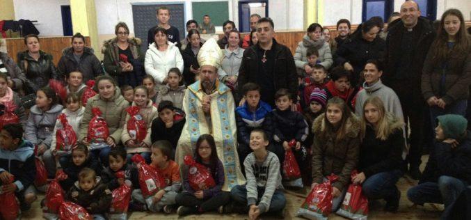 Подароци пред Божиќ за децата во Скопје и Гостивар
