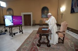 Папата одговараше на прашања на студенти од Јапонија