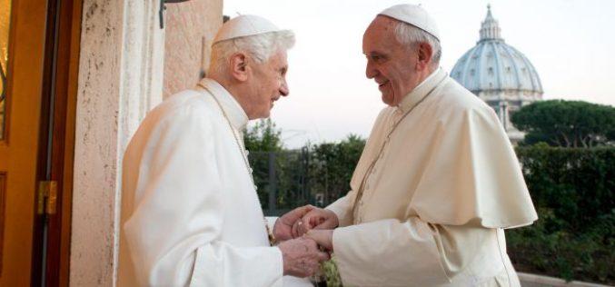 Папата Фрањо го посети почесниот папа Бенедикт XVI