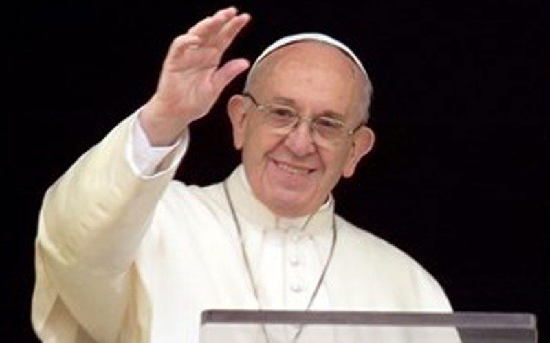 Папата: Бог чекори по прашинливите патишта на нашиот живот
