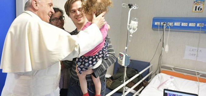"""Папата Фрањо ненадејно ја посети болницата """"Бамбино Џезу"""""""