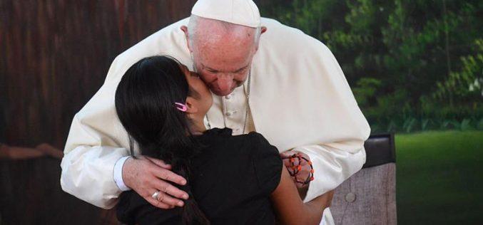 Папата го посети домот за сираци во Пуерто Малдонадо