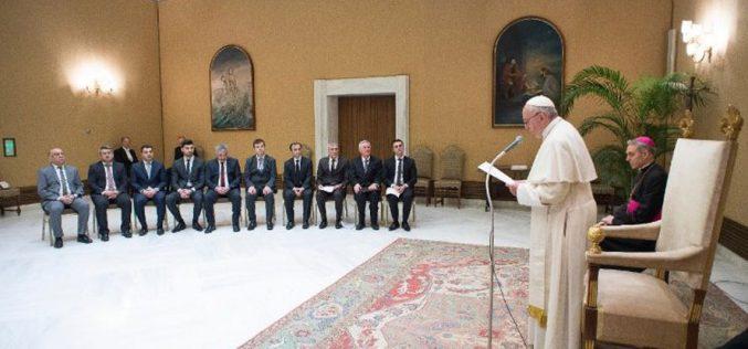 Папата се сретна со мала група Језиди