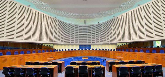 Литванските судови ја забранија употребата на навредливите плакати, судот во Стразбург ја укина одлуката