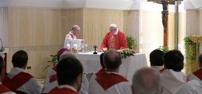 Папата: Да се поклонуваме на Бог во тишина