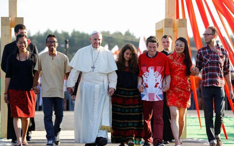 Папата до младите: Не се сокривајте зад екраните