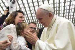 Папата го поттикна медицинскиот персонал да ги допира болните, како што правел Исус