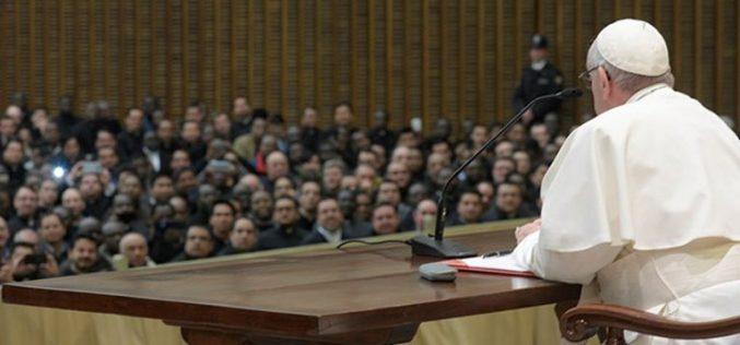 Папата до свештениците и богословите: Слушајте го Светиот Дух