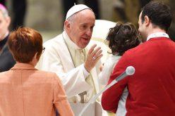 Папата упати Твитер порака до татковците