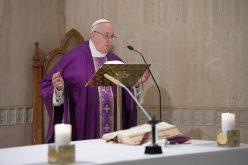 Папата: Во тешките моменти да го свртиме погледот кон крстот