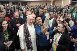 Папата на Твитер: Драги млади бидете оружје на мирот и радоста