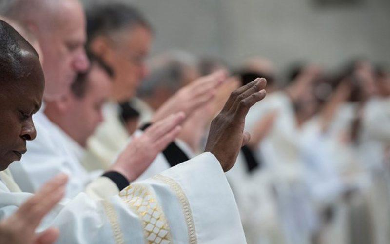 Папата Фрањо на свештениците и ѓаконите им подари книга