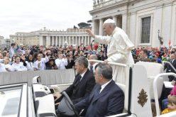 Папата: Крштението е вратата за христијанскиот живот