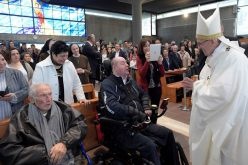 """Папата ја посети римската парохија """"Св. Павле од Крстот"""""""