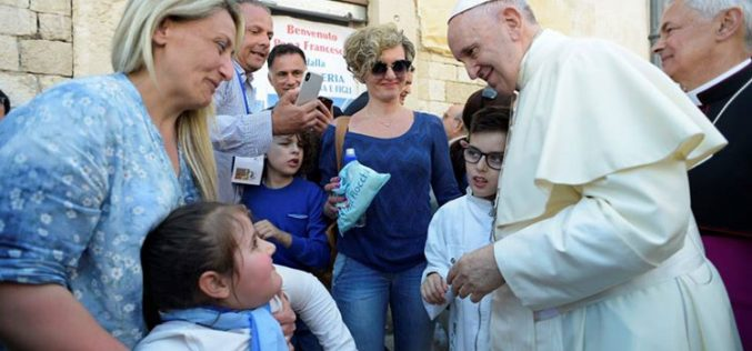 Папата: Мирот се гради започнувајќи од дома
