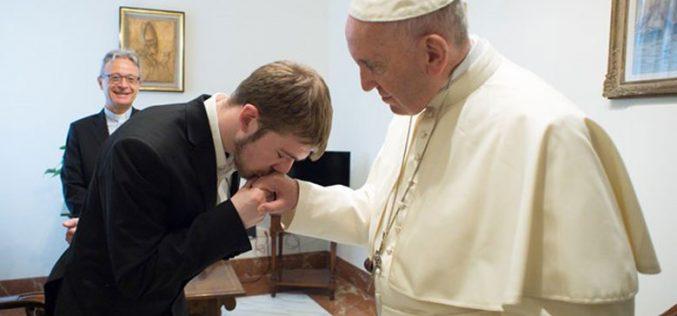 Папата длабоко погоден од смртта на Алфи Еванс