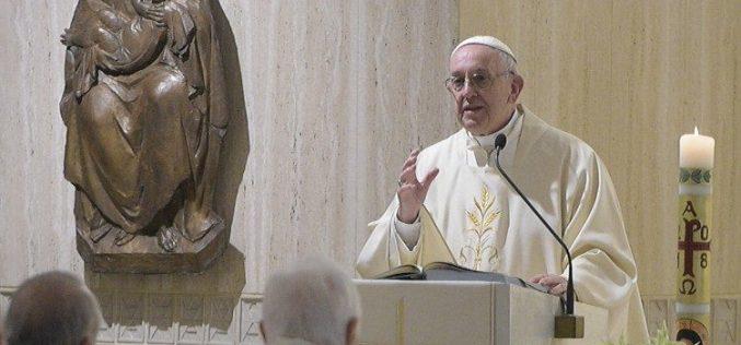 Папата: Епископот го брани својот народ