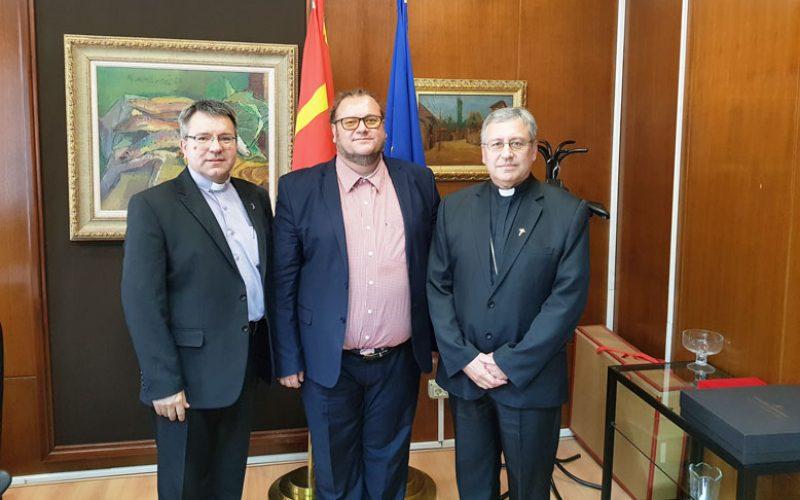 Епископот Стојанов се сретна со министерот Алаѓозовски