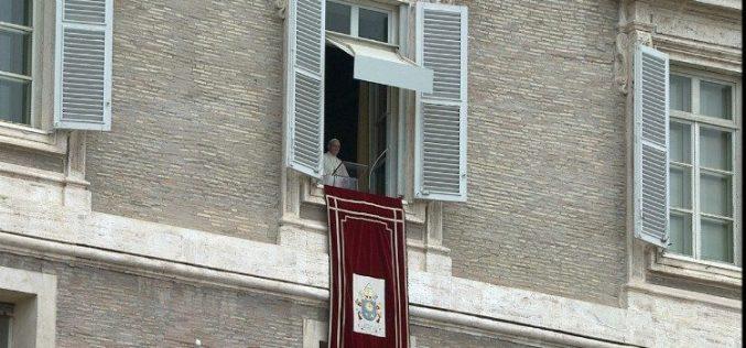 Папата се моли за погодените од терористичкиот напад во Индонезија