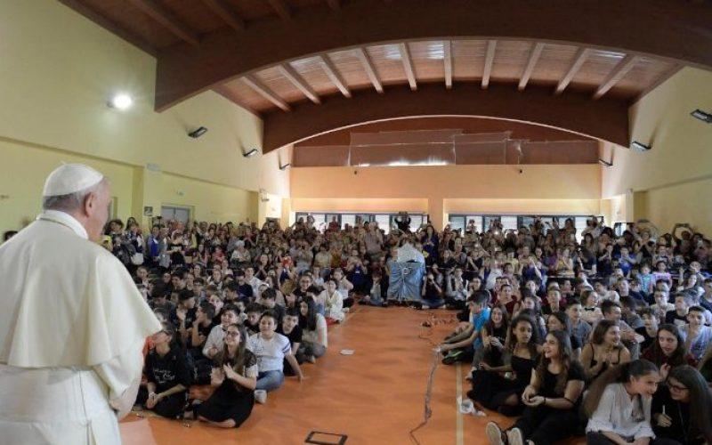 Петок на милосрдието: Папата Фрањо посети училиште во Рим