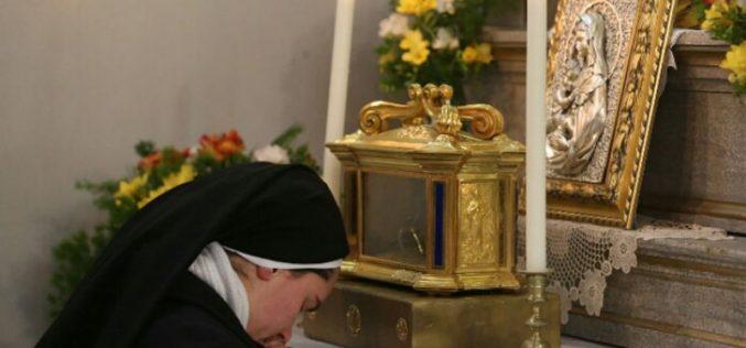 Обожавање на Пресветата Евхаристија кај сестрите Евхаристинки во Струмица