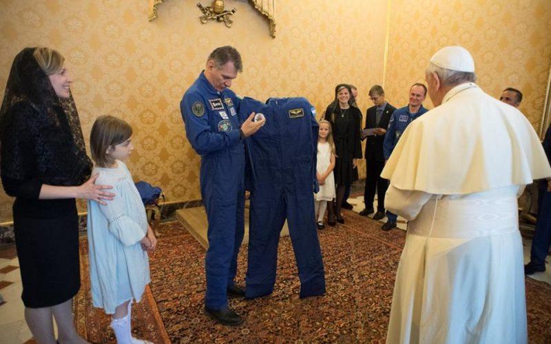 Папата се сретна со космонуати