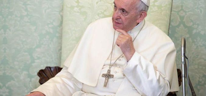 Папата до младите: Љубовта и меѓусебното служење е патот до среќата