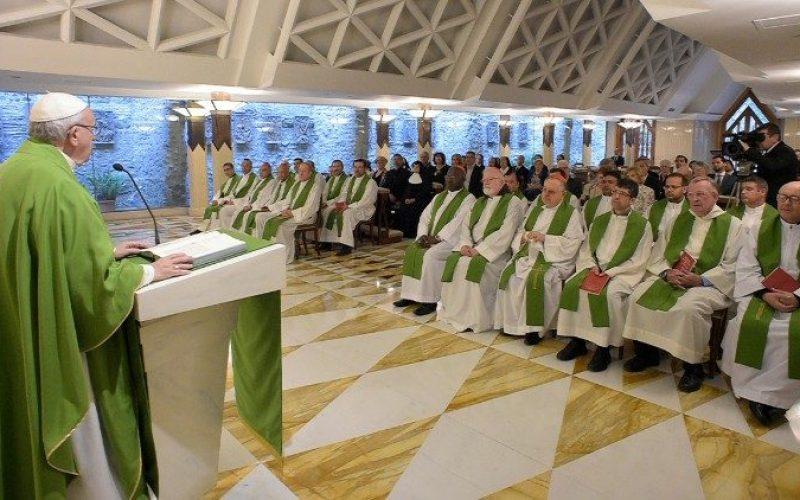 Папата во Света Марта: Да бидеме сол и светло за другите