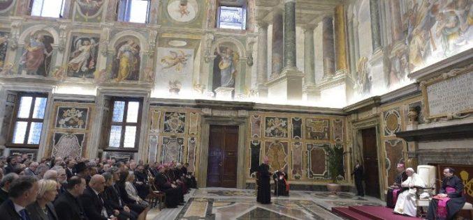 Папата Фрањо: Да не бидеме мажи и жени кои гледаат само на себе