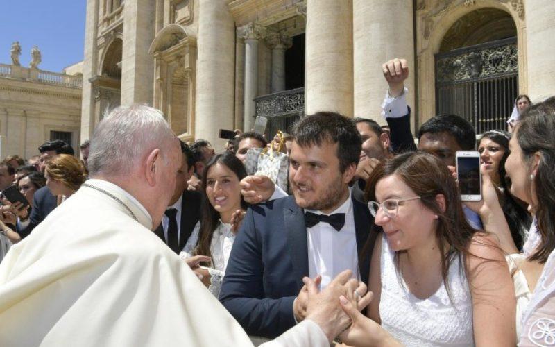Папата: Бог прво спасува, а потоа бара верност
