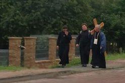Погледнете како свештениците од Полска молат за нови духовни звања