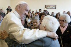 Папата повторно поттикнува на грижа за старите луѓе