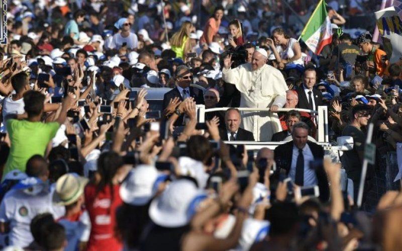 Папата до младите луѓе: Преземете ризик