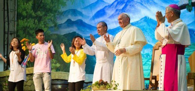 Папата ги повика младите Корејци да бидат едно семејство