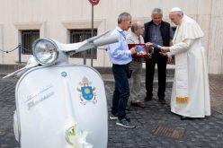 """Папата доби подарок скутер """"Веспа"""""""
