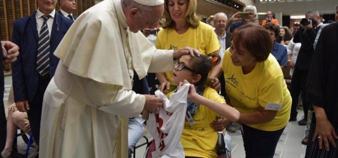 Папата: Потребен е дијалог помеѓу училиштата и родителите