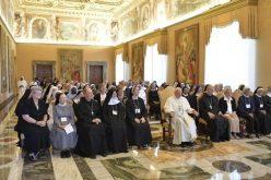 Папата се сретна со сестри бенедиктинки
