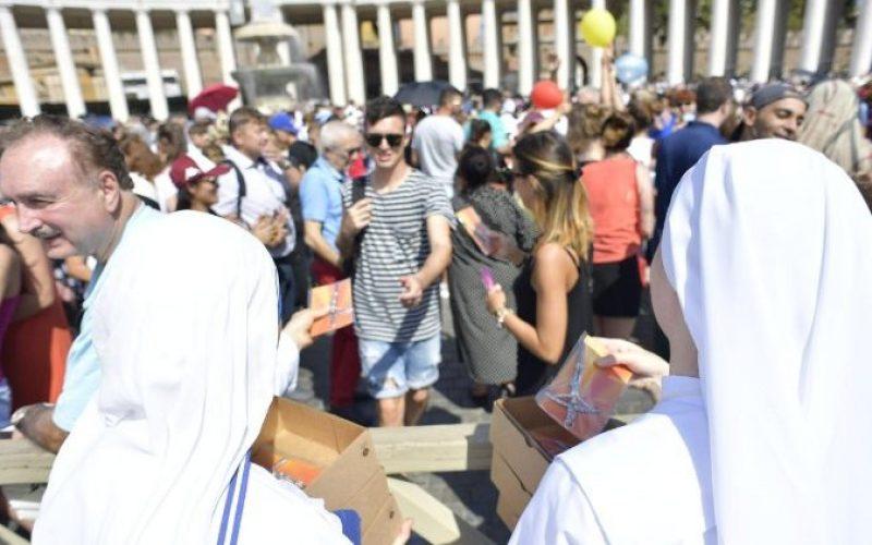 Подарок од Папата – илјадници крстови поделени на плоштадот Свети Петар