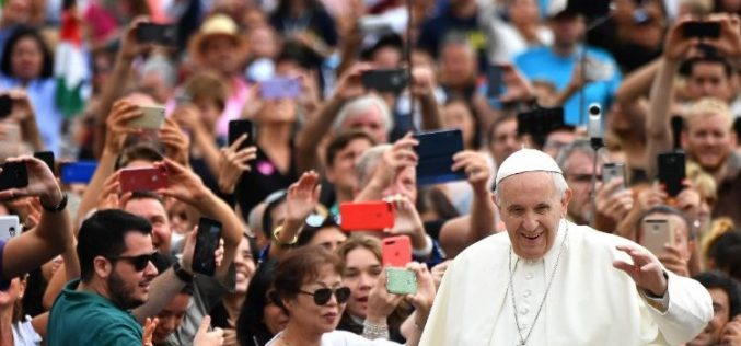 Папата: Почитувајте ги родителите, никогаш не ги навредувајте