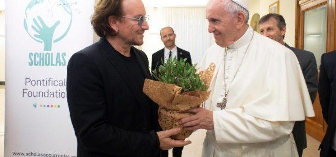 Папата го прими пејачот Боно Фокс