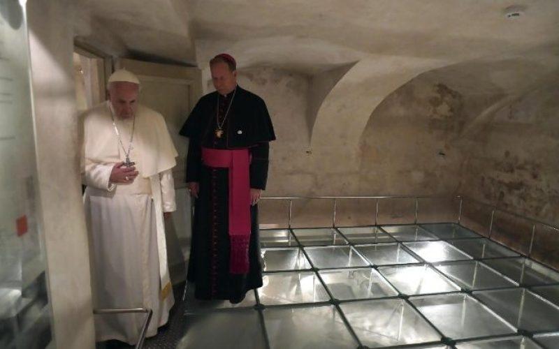 Молитва на Светиот Отец во Музејот на окупацијата