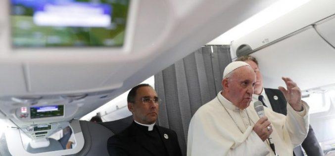 Папата со новинарите во авионот на враќање од Талин