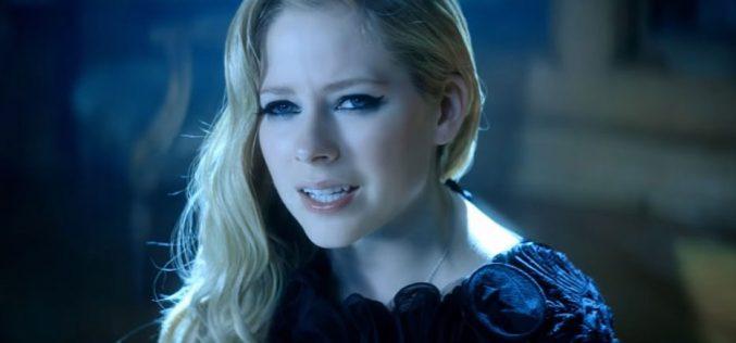 Аврил Лавин во новиот сингл пее како Бог ја спасил од смртта