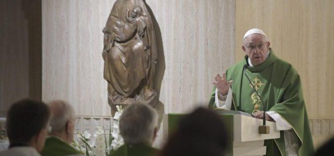 Папата: Тешко на христијаните лицемери кои го оставаат Исус во црквата