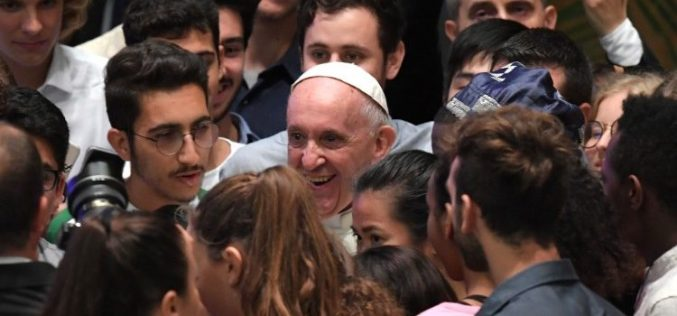 Папата до младите: Бидете конкретни и слободни