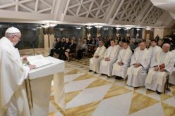 Папата: Да не се плашиме да ги извалкаме рацете